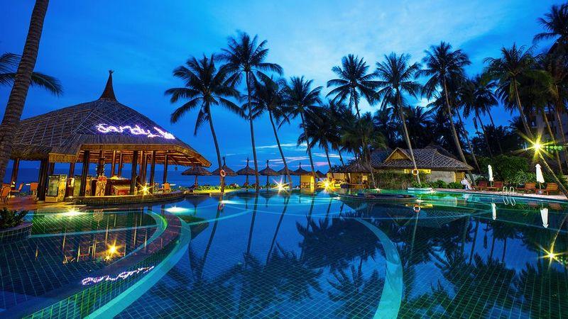 Hồ bơi khách sạn Mường Thanh Holiday Mũi Né